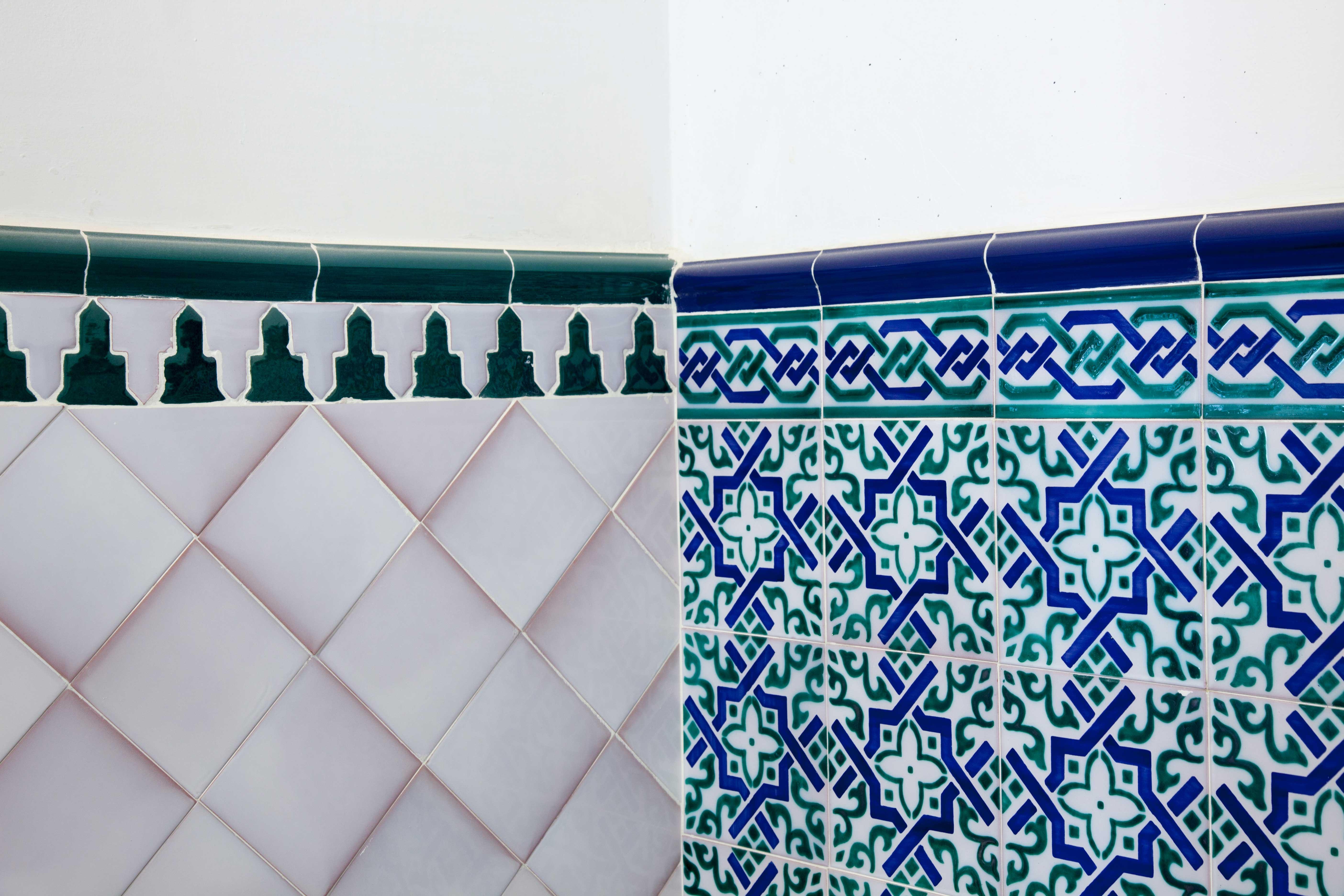 Azulejos creativos mud jar artesanos juntos - Zocalos de azulejos ...